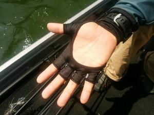 アグレッシブな釣りをする夏はプラグ等の針絡みを防ぐために指先の生地は短めにした