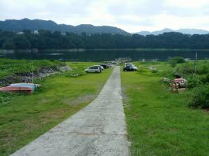 帰りに立ち寄った津久井湖は大減水中。