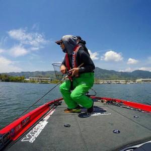 琵琶湖スタッフの北山君がT.NAMIKIのモノマネという写真を送ってきた。 オレってこんな感じ?(笑)